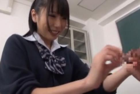 制服アイドル女子校生有村千佳ちゃんがM男をビンタしながら手コキしてM男大興奮