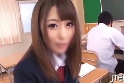 制服姿が似合いすぎな痴女女子校生桜井あゆちゃんが授業中に突然クラスメイトのチ●コをくわえてきた