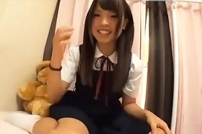 超可愛い素人女子校生が初のライブチャットで制服オナニーしてる映像がネットに流出