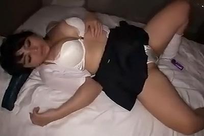 純白の下着がエロい巨乳ギャル女子校生をホテルに誘って制服着衣のままガッツリハメ撮り