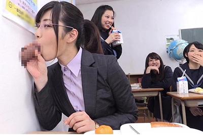 """壁や椅子からチ●コが出てくる""""都立しゃぶりながら〇校""""!部活中、授業中、給食中に出てくる生チ●ポに思春期女子生徒はしゃぶりハメ倒す♡"""