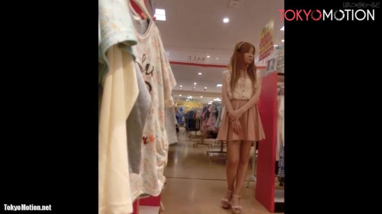 《ショップ店員パンティ前から&逆さ盗撮》茶髪でツインテールの足が綺麗な女の子のパンチラ撮影♪