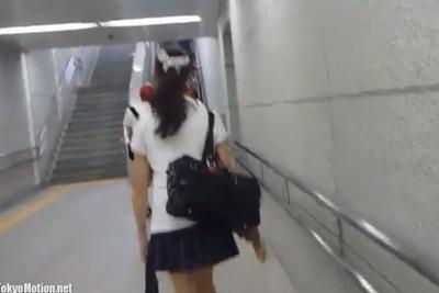 《盗撮》ポニーテール女子校生の背後にピッタリついてエスカレーターでカメラを差し込み大接写盗撮!