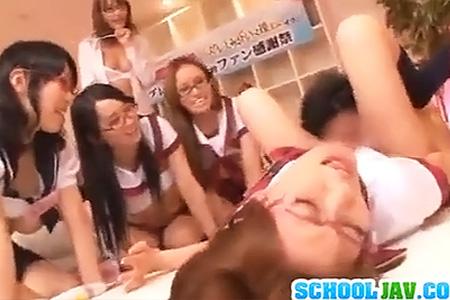 明日花キララちゃんがクラスの制服女子校生達にセックス指導…自分も興奮しすぎてオナニーで絶頂