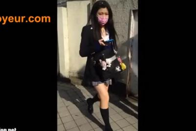 《スカートめくり》マスクでも可愛いのがわかるエロエロミニスカギャル女子校生のスカートめくって強行パンツ盗撮ww