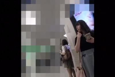 【パンティ逆さ盗撮】待ち合わせ中のロリカワ少女を前から大胆にパンチラ撮影♪