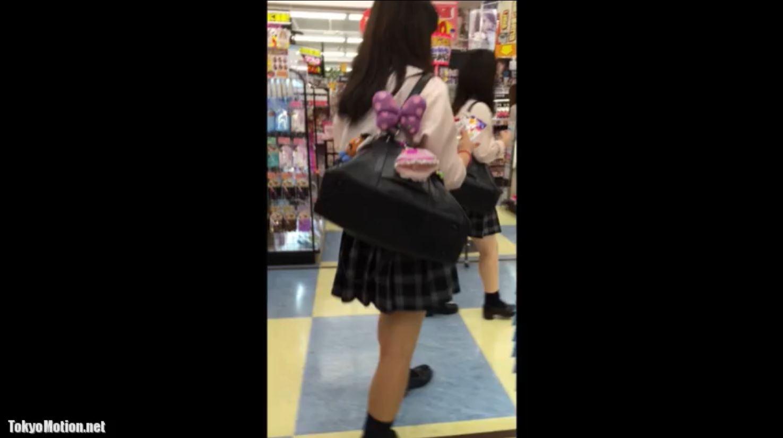 《女子校生リアル動画パンティ逆さ盗撮》化粧品売り場を物色中の制服JKのパンツを撮影♪