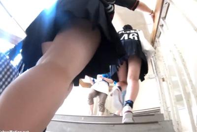 《盗撮》校内で盗撮する女子校生盗撮師マジすげぇw警戒心を全く持たれず超至近距離で友達のパンツを逆さ撮りww
