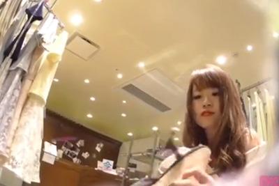 《パンティ逆さ盗撮》【逆さHERO】撮影者が逮〇されたガチ盗撮!色白栗毛ロングのお人形みたいな美人店員のミニスカに潜り込んで白パンティゲット♡