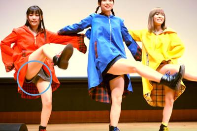 【アイドル パンチラ】足上げダンスで白いパンツがみえちゃったJKアイドル♪ 問題のシーン4:24~