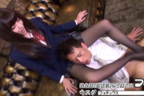 黒のストッキングを履いたアイドル系黒髪女子校生の足コキ動画