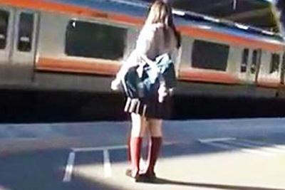 《痴漢 個人撮影》本物の女子校生っぽいので掲載停止に注意!処女っぽい童顔少女に痴漢した激ヤバ動画がネットに流出!