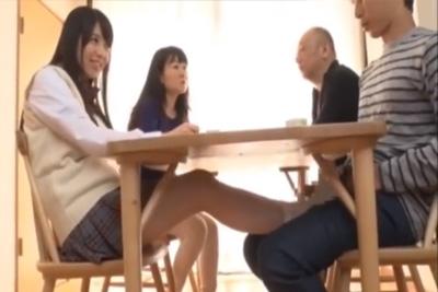 義理母の連れ子に初対面で足コキされるww親にバレないようにこっそりと机の下でチ●ポをシコシコする小悪魔ドS妹♡