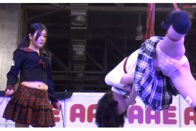 公然でこれはやばいww制服美女を吊るして上に乗っかりレズキス!台湾の過激すぎるイベントww