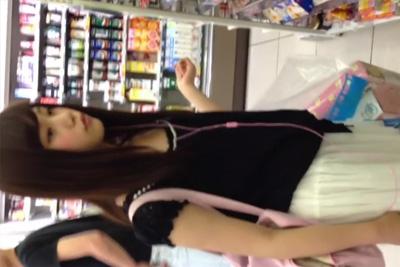 《高画質パンチラ Full HD》コンビニでアイドル少女発見!!盗撮しながらスカートめくりパンツの縫い目まではっきりわかる逆さ撮りw