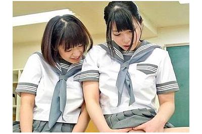 《上原亜衣 尾上若葉×制服》ハメられてる親友のおっぱいを舐めるドビッチ女子校生と3Pが気持ちよすぎて幼膣に大量中出し♪