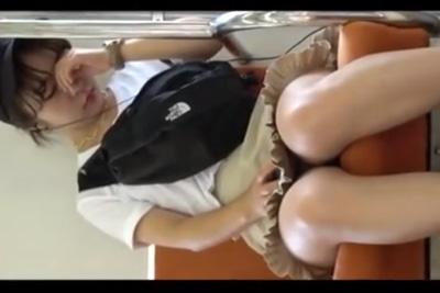 《女子校生 パンチラ盗撮》電車で眠るアイドル系女子校生に近づきデルタゾーンを接写したったww