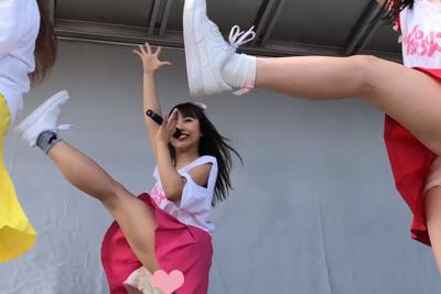 【アイドル ローアングル】足上げダンスでハミパンチラしちゃってる一番可愛いJKメンバー♪ 問題のシーン2:07