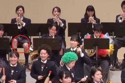 吹奏楽部の発表会で股を開いて演奏する左奥のJKがパンチラしてる件ww 問題のシーン11:41