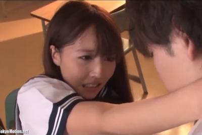 《三上悠亜》学校で一番の美少女で、天使すぎる国民的アイドル女子校生が制服脱がずに着衣ハメ!雌犬のように同級生に跨り腰を振る♪