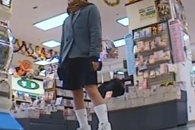 《盗撮》股を開いておもちゃをぼーっと見つめるどんくさそうな女子校生、足元にカメラ差し込み純白パンツ逆さ撮りw
