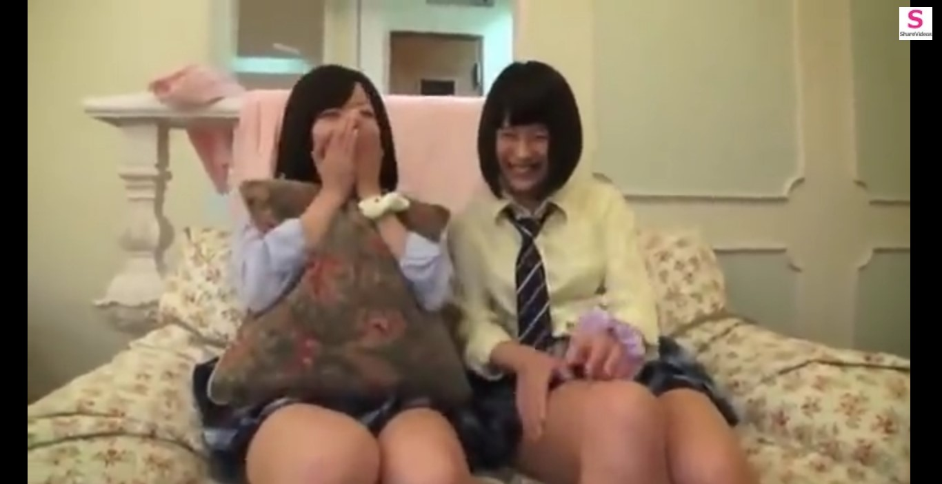 【女子高生】短すぎるスカートの女子高生二人組が3P。お風呂で一生懸命フェラしちゃう。
