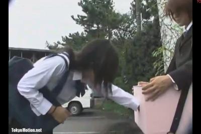 箱の中身はなんでしょう!ボックスに仕込んだチ●ポを女子校生に握らせ、正解を発表した結果大絶叫で逃げ出すww