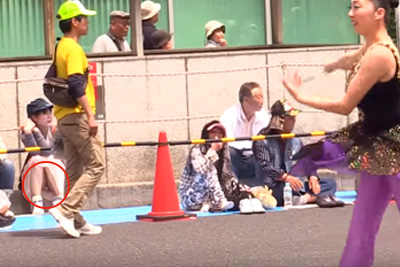【YouTube パンチラ】沿道に座るJKの純白パンツ映っとるww 問題のシーン0:56