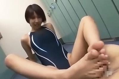 可愛いくせに感度が良すぎるショートカットの美少女湊莉久ちゃんに競泳水着着衣のまま足コキしてもらったったwww