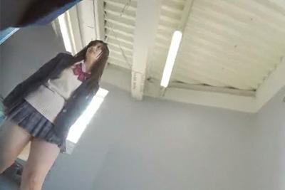 《パンティ逆さ盗撮》【SSS級激カワ女子校生】ドアップで逆さ撮り♪
