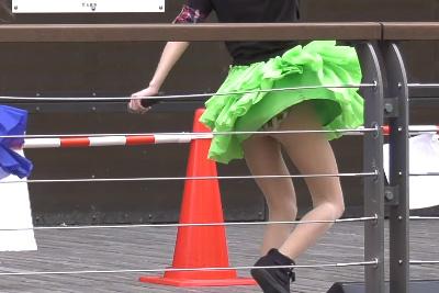 【アイドル パンチラ】4K高画質カメラで捉えたJKアイドルの見せパン履き忘れ生パンツww 問題のシーン1:27