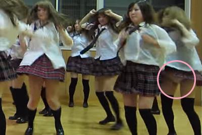 【文化祭 パンチラ】偏差値低めのギャルJKダンス部見せパン履かずに制服ダンス=パンモロww 問題のシーン0:54