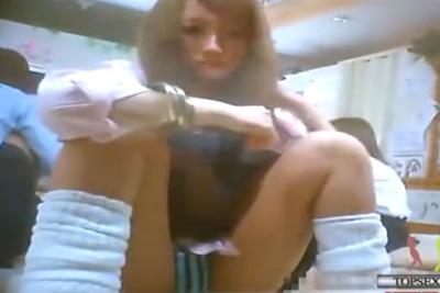 《女子校生見学》めちゃカワギャル女子校生がお尻を突き出しガラスにスリスリ♡目の前に美尻生パンティww