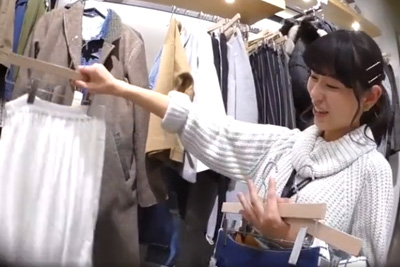 【逆さHERO】撮影者が逮〇されたガチ盗撮!新人女子校生店員をズボンからスカートに履き替えさせてパンツを激写w