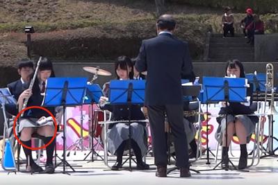 【YouTube パンチラ】美少女吹奏楽部JKが股開いて演奏→縞々パンツが丸見えww 問題のシーン0:22
