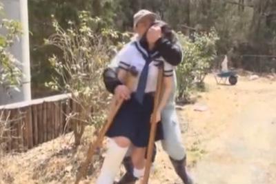 悲劇!足を骨折して歩けない女子校生をレイプする鬼畜親父ww