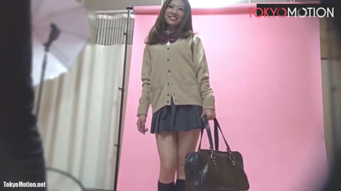 《美人系素人モデル個人撮影会》女子校生のミニスカ制服姿でパンツ写真を盗撮される