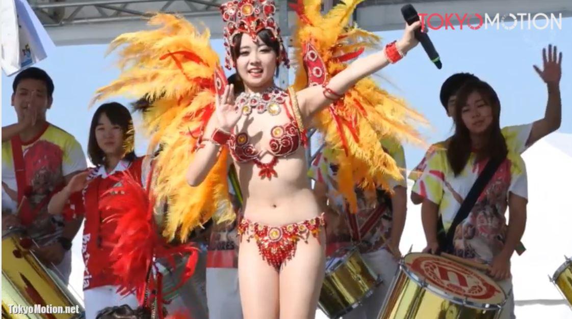 《エロ動画?》『腰の振り方がセクシー』赤の衣装でサンバを踊ってるスタイルの良い美女を撮影