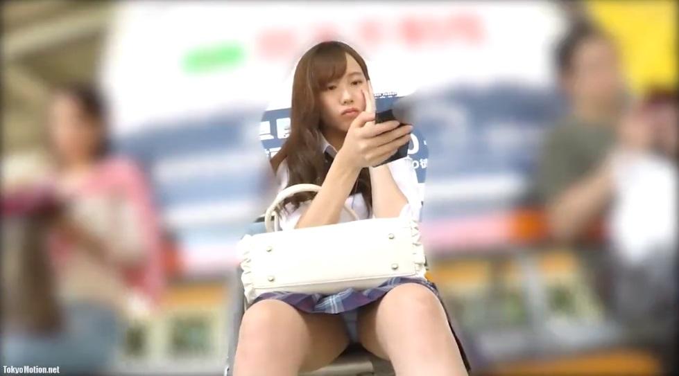 《よく撮れてるパンチラ逆さ盗撮》電車を待つベンチでスマホに夢中の美少女JKを正面からパンチラ&社内で逆さ盗撮