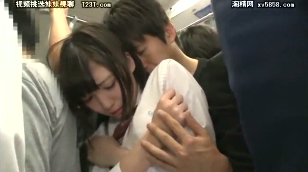 美少女JKの匂いに我慢できず満員電車の中でパンツの手を入れる痴漢動画。電車の中でおっぱいを揉む
