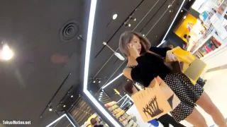 《SSS級美人ギャルパンチラ盗撮》お買い物中に逆さ撮り。純白シルク?