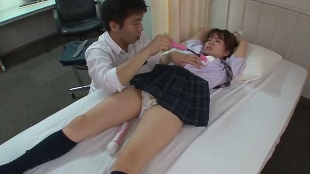 放課後の保健室で彼氏に手を縛られ電マ責め!人生初のアブノーマルプレイに大洪水でイキまくる美少女JK♪  初美りん