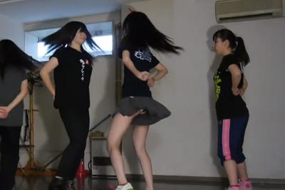 【文化祭 パンチラ】ダンス部の練習動画でブカブカショーパンの隙間からパンツが見えてるJK♡ 問題のシーン0:19