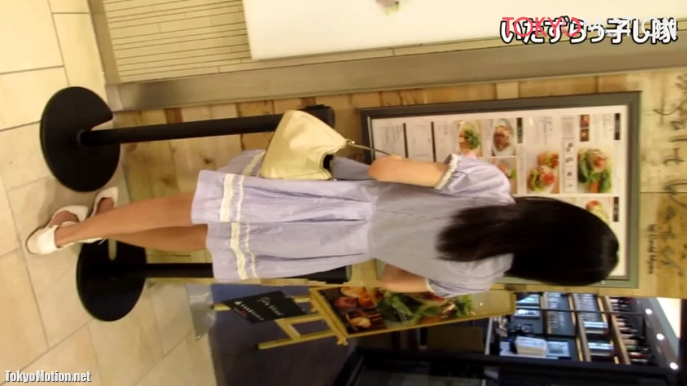 《いたずらっ子し隊一番人気の超美少女》逆さ盗撮からの声かけで二の腕に触る♪服装に合わせたパンティ柄♡