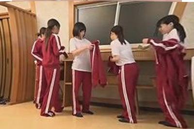 《透明人間》「あれ?何か挿れられちゃってる?」女子校の修学旅行生とお風呂で知らぬ間に処女膜破られる女子校生達ww