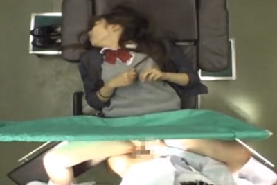 産婦人科に来た女子校生が目の前で股開いてるから、ついチ●ポいれて中出しまでしちゃう鬼畜医師ww