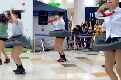 【文化祭 パンチラ】JKダンス部が制服で踊った結果、見せパン食い込み純白がはみだしちゃったww 問題のシーン0:08