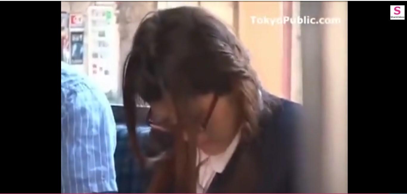 【女子高生 3P】バスの中でメガネの女子高生が女子が襲われる。こんな地味なのにプレイはだいたん!