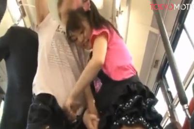 女子校生が逆レイプww人の多いバスで手コキヌキ♡