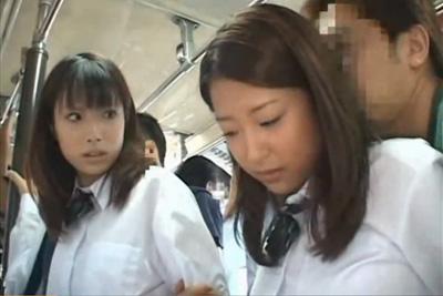 【通学バス】目の前に可愛い女子校生が居たから痴漢してたら隣にいた女の子も犯せたwww